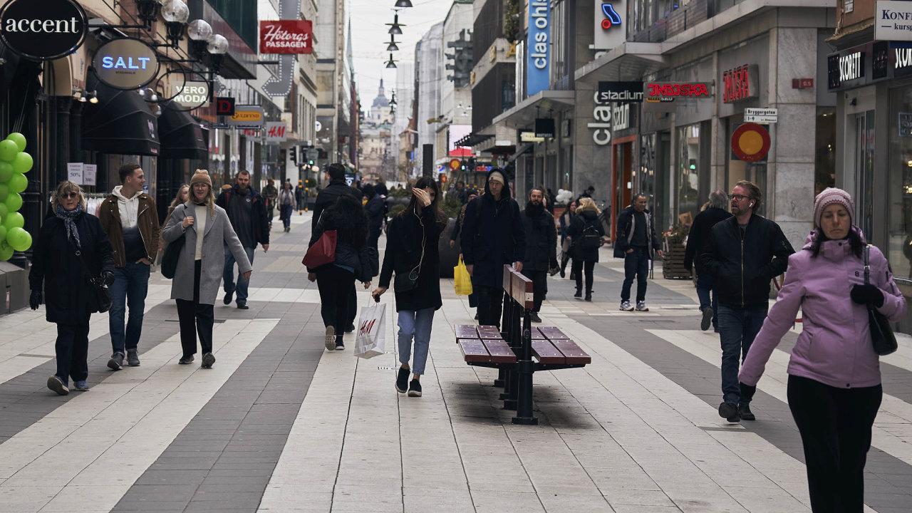 Vyjít naulici: Napěší zóně veStockholmu je iběhem koronavirové nákazy možné potkat lidi vestejném množství jako dříve.