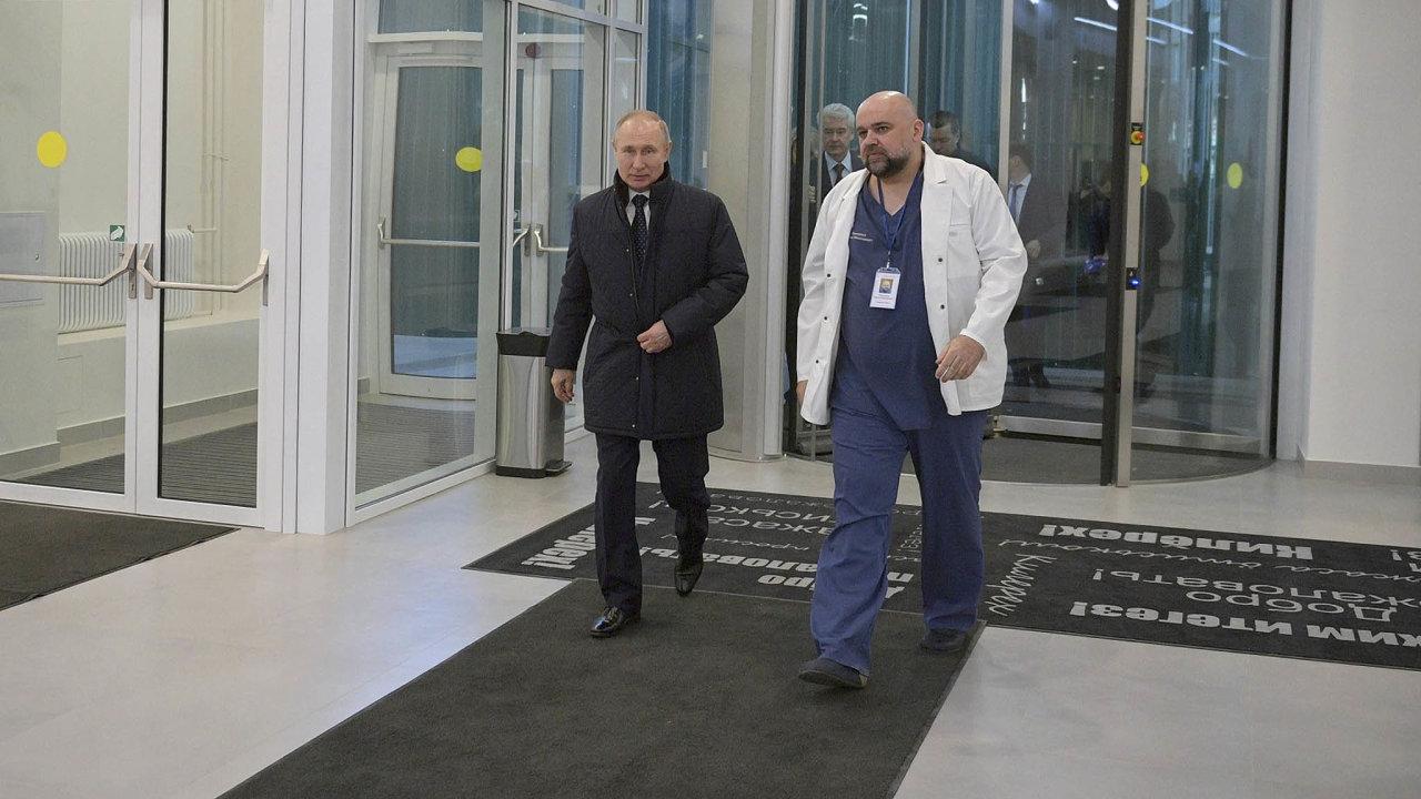 Vladimir Putin navštívil bez roušky infekční nemocnici vmoskevské Kommunarce, kde si potřásl rukou shlavním lékařem Denisem Procenkem. Později se ukázalo, že Procenko se nakazil koronavirem.