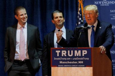 Donald Trump sice předal manažerské řízení společnosti Trump Organization svým synům Ericovi (vlevo) aDonaldu mladšímu (uprostřed), ale kpenězům, které jí protékají, má podle médií stále přístup.