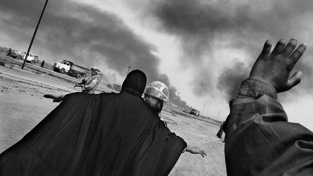 Fotograf Antonín Kratochvíl po sametové revoluci nechyběl téměř u žádného válečného konfliktu. Tento snímek pořídil roku 2003 v Iráku.