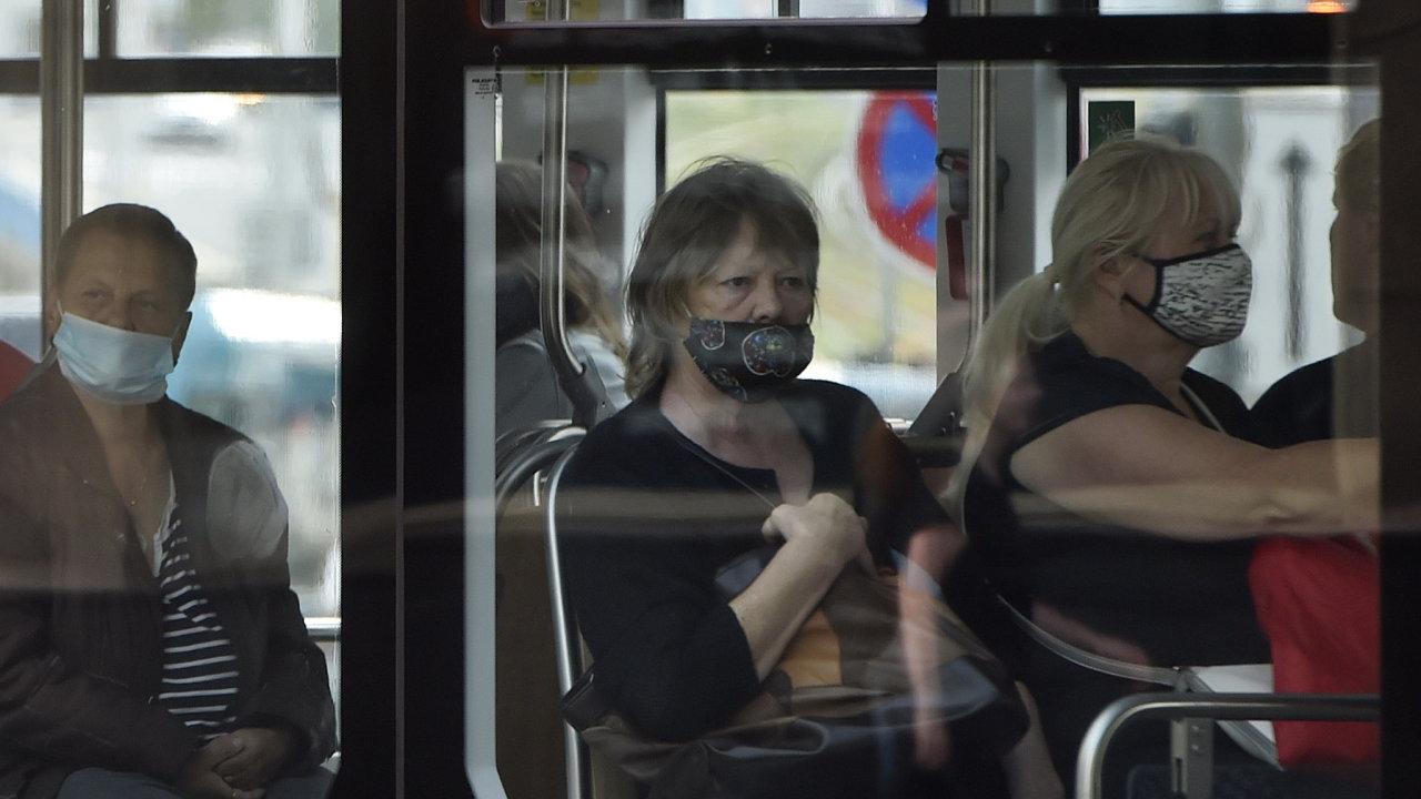 Cestující v tramvaji v Ostravě po znovuzavedení roušek.