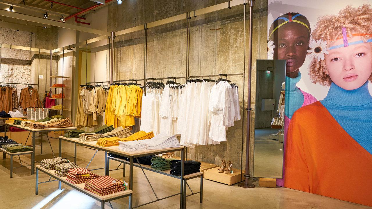 Rodina Benettonových podniká vněkolika odvětvích, včetně realit avýroby potravin. Nejviditelnější je ale díky svým oděvům ajejich doplňkům. Proslula velice nápaditou, až kontroverzní reklamou.