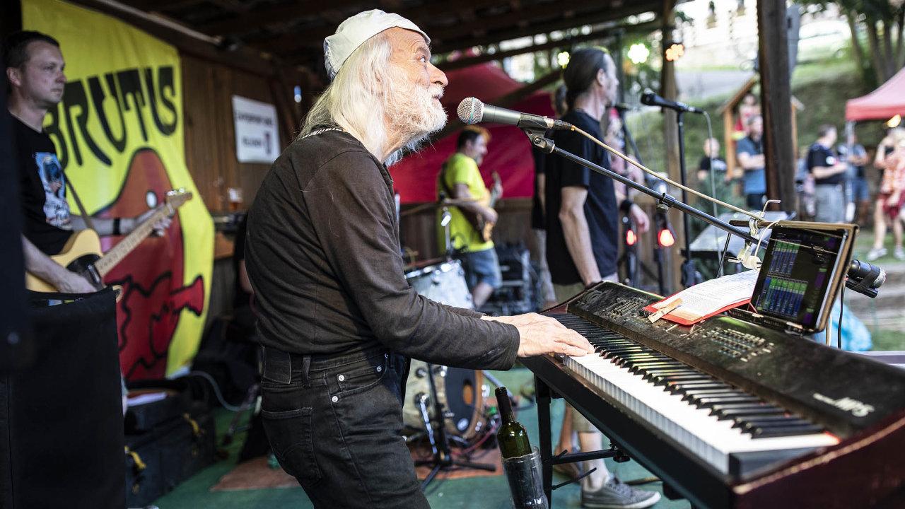 Pivo, tanec a rock 'n' roll nabízejí vystoupení Brutusu s třiasedmdesátiletým frontmanem Alexandrem Sášou Pleskou.
