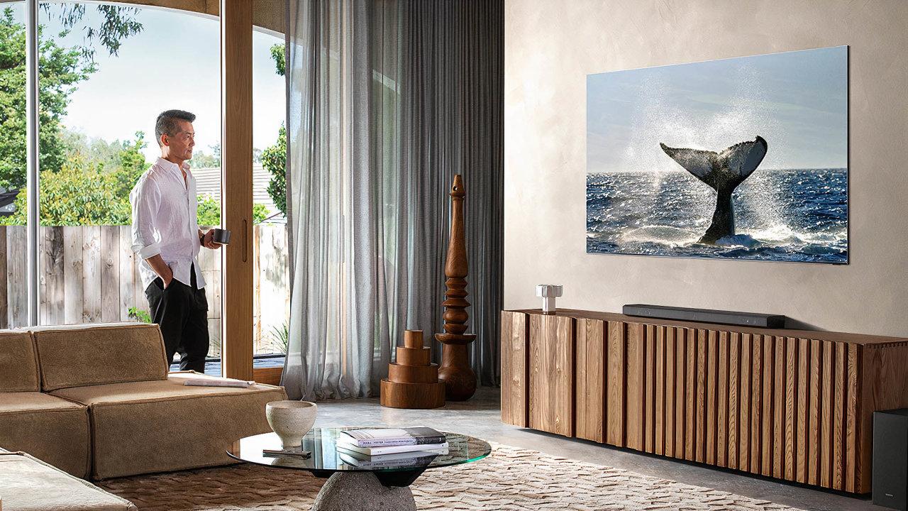 Televizor Samsung Q950TS se dodává se stojánkem, při jeho velikosti je ale lepší instalace nazeď. Odpřístroje navíc vede jen jediný kabel doexterního boxu, který se stará ozpracování obrazu.