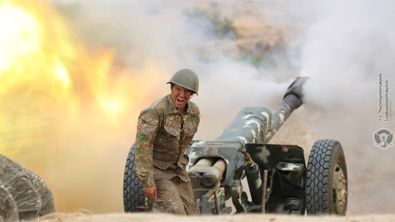 Arménský voják při výstřelu dělostřeleckého granátu v rámci bojů ve sporném regionu Náhorního Karabachu.