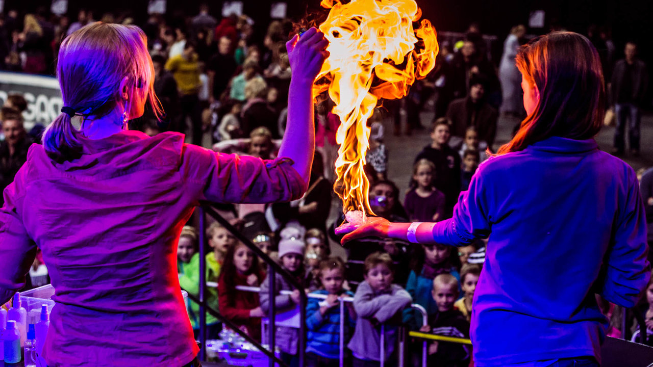 Úžasné divadlo fyziky tvoří vystudovaní fyzici avysokoškolští studenti, kteří prošli performerským tréninkem adlouhodobým zaučováním.