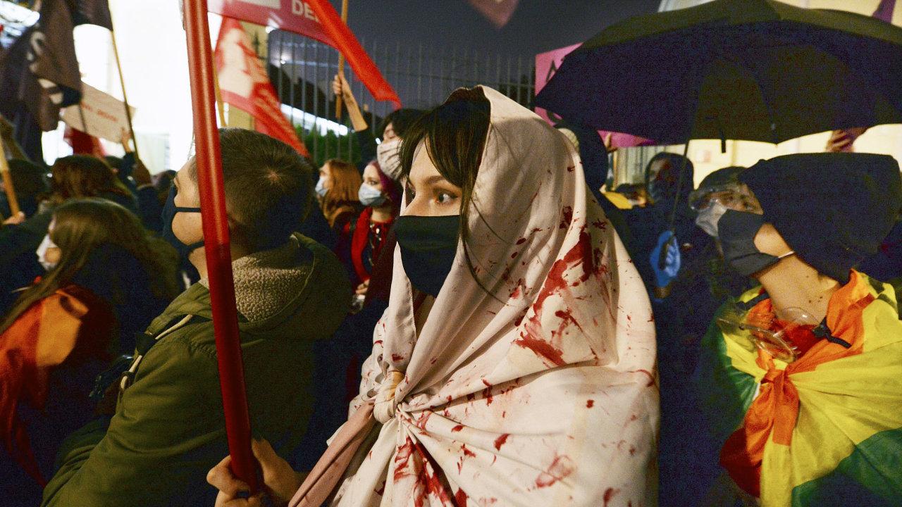 Před varšavskou kurií protestují lidé již pátým dnem proti zavedení dalších omezení práva na potrat.
