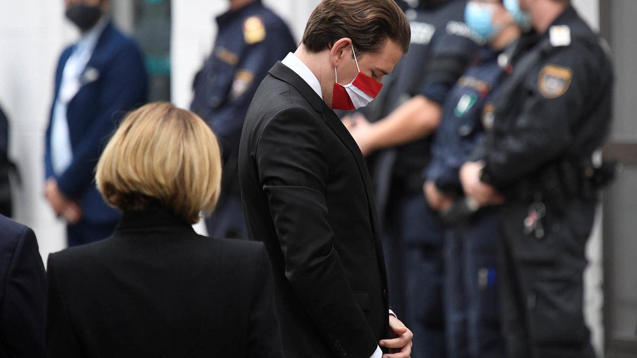 Rakouský kancléř Sebastian Kurz položil v pondělí věnec na pietní místo na místě střelby ve Vídni.