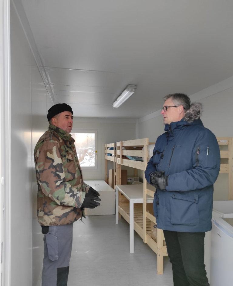 Kontejnerové příbytky poskytují lidem teplé místo k bydlení, zatímco pracují na rekonstrukci svých domovů, říká Zoran Starcevic (vpravo).