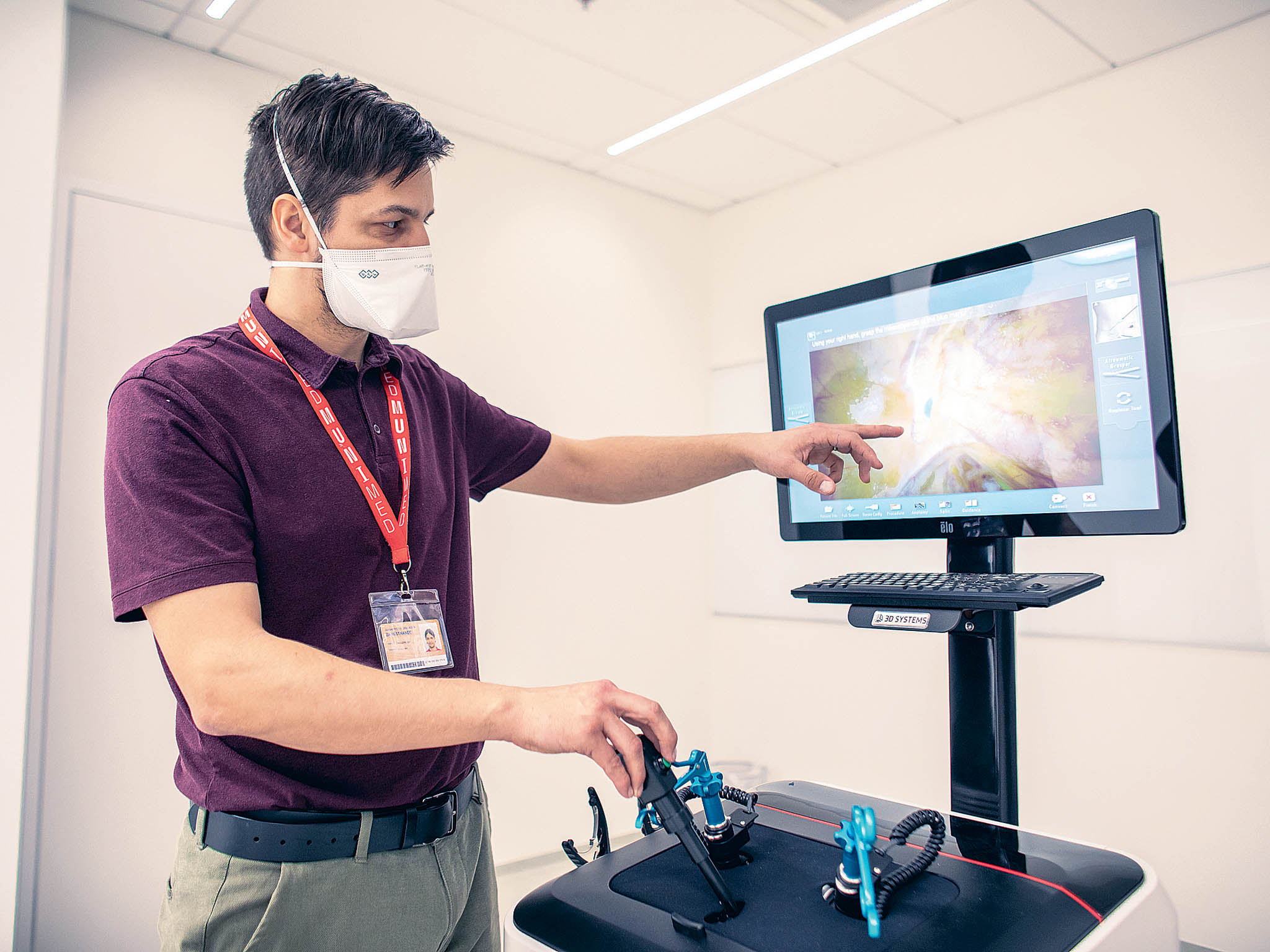 Technik Jan Dvořáčekukazuje, jak se pomocí trenažéru nacvičuje laparoskopická operace slepého střeva.