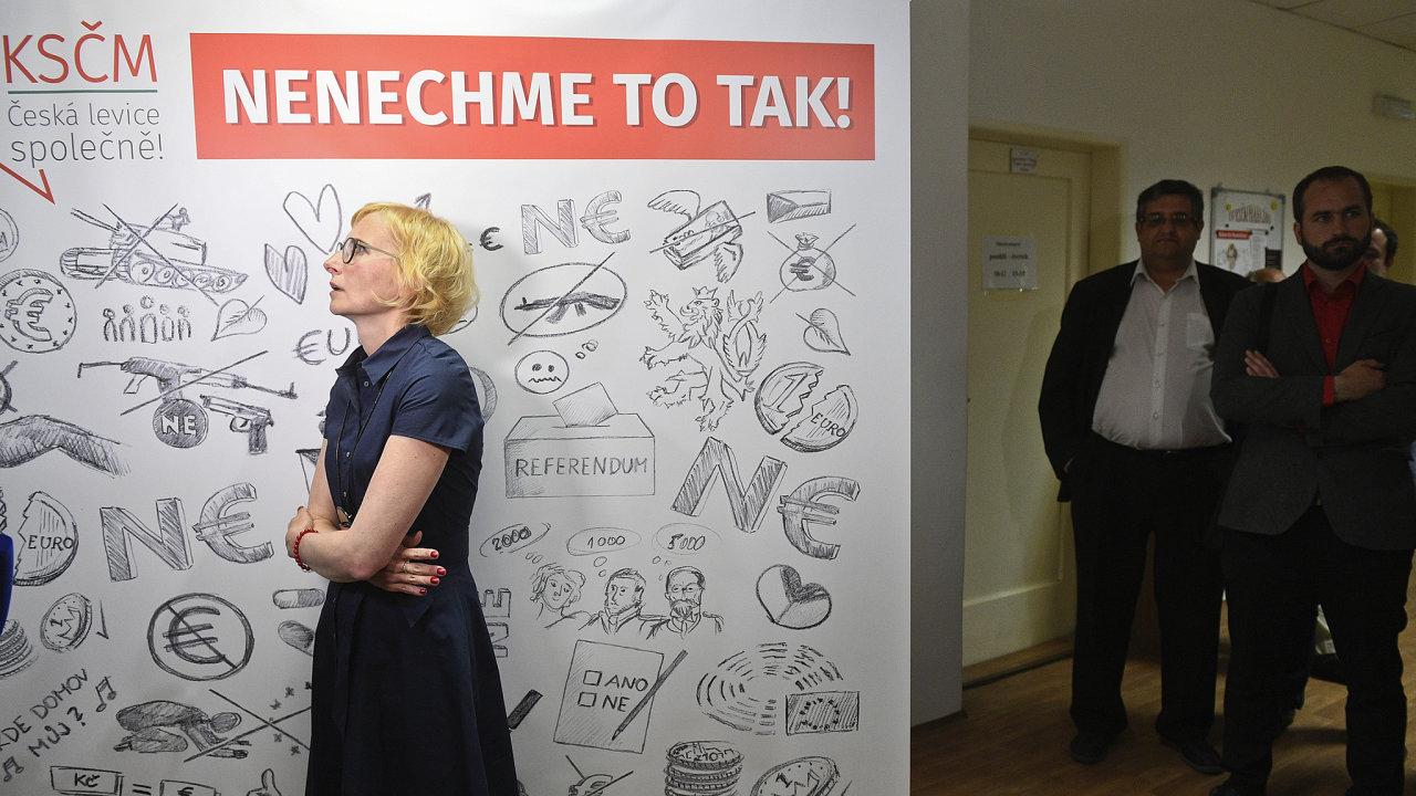Lídryně kandidátky KSČM Kateřina Konečná hovoří s novináři 26. května 2019 ve volebním štábu strany v Praze