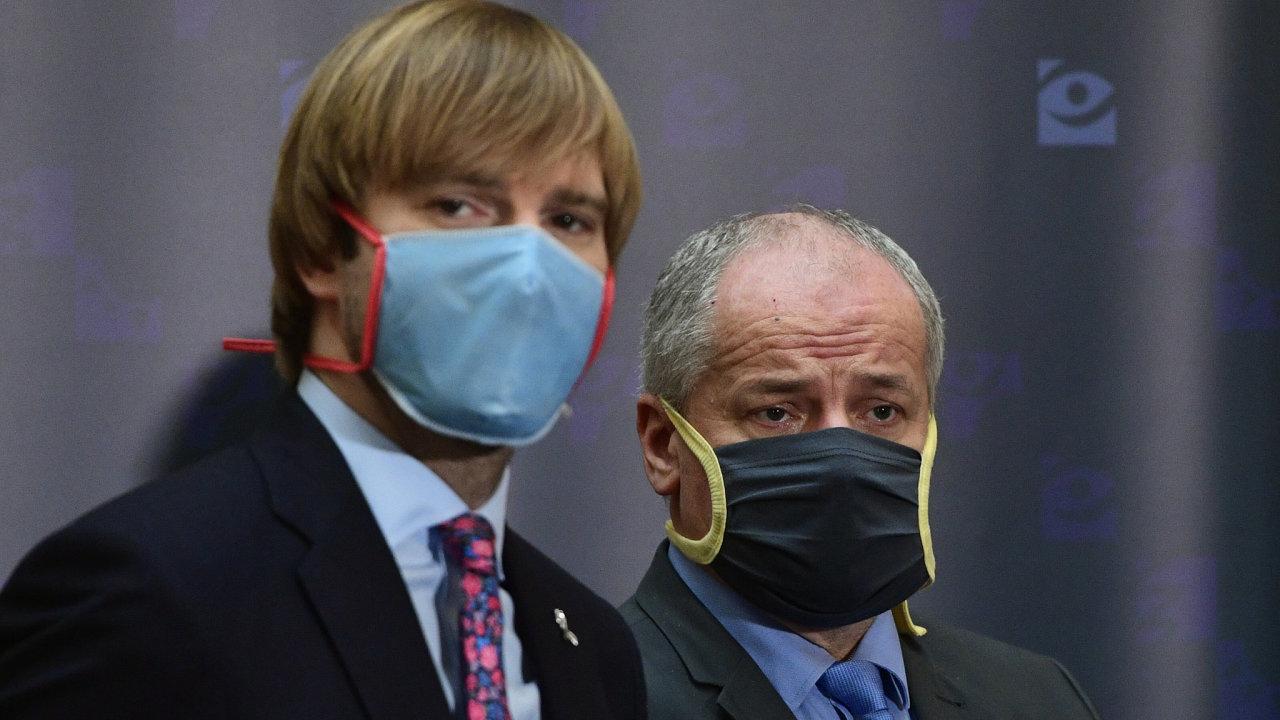 Adamu Vojtěchovi (vlevo) Češi ve funkci ministra zdravotnictví mnohé odpustili, Romanu Prymulovi jeho loňskou návštěvu restaurace v době lockdownu nikoli.