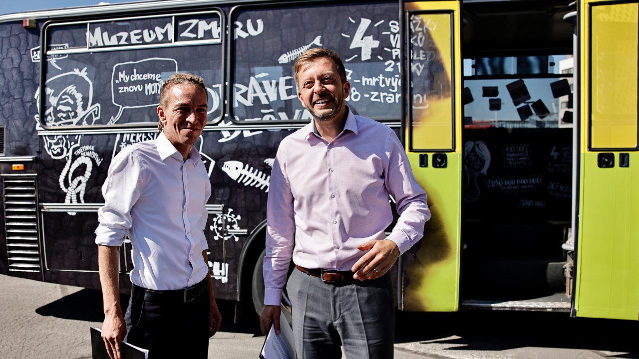 Předseda Pirátů Ivan Bartoš a předseda Starostů a nezávislých (STAN) Vít Rakušan zahajují volební kampaň koalice Pirátů a STAN. V pozadí jejich Švindl bus - pojízdné