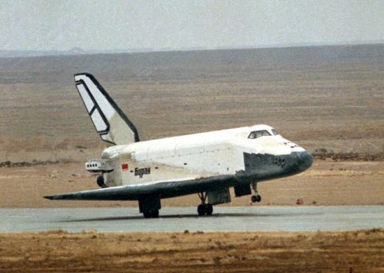 Sovětský raketoplán Buran přistává.