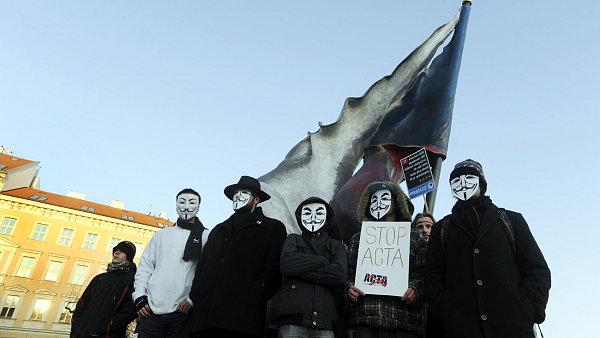 Lidé v masce Anonymous na protestu proti ACTA