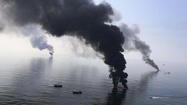 Ho��c� ropa na mo�sk� hladin� po ekologick� katastrof� v Mexick�m z�livu