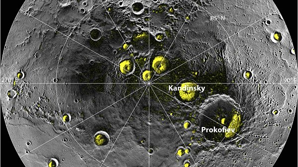 Fotografie severn�ho p�lu Merkuru vznikla p�ekryt�m sn�mk� ze sondy Messenger. �lut� pole ozna�uj� m�sta se z�sobami ledu.
