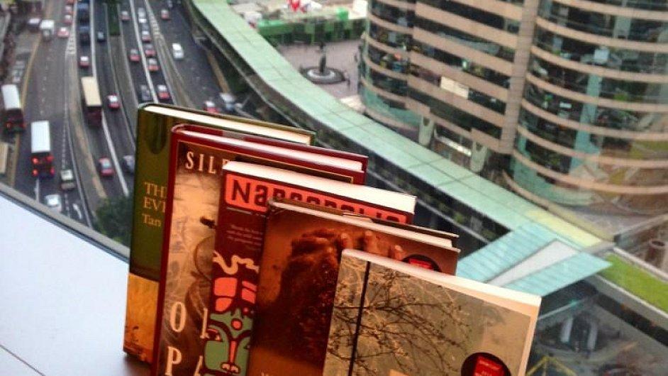 Pět nominovaných knih v mrakodrapu v Hong Kongu.