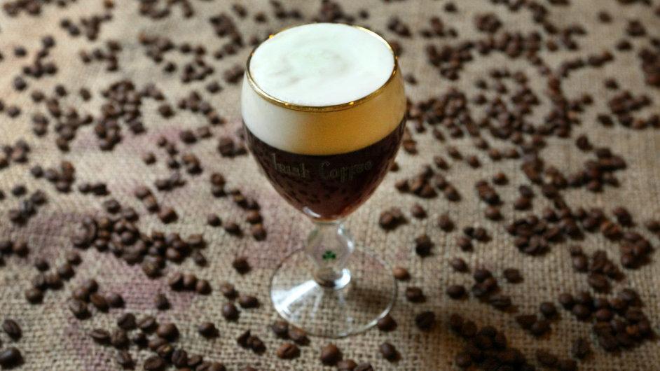 Irskou kávu umí jen pár kaváren. Základem je filtrovaná káva, cukr, velký panák whisky a šlehačka ušlehaná jen do pěny, aby se s kávou spojila v ústech.