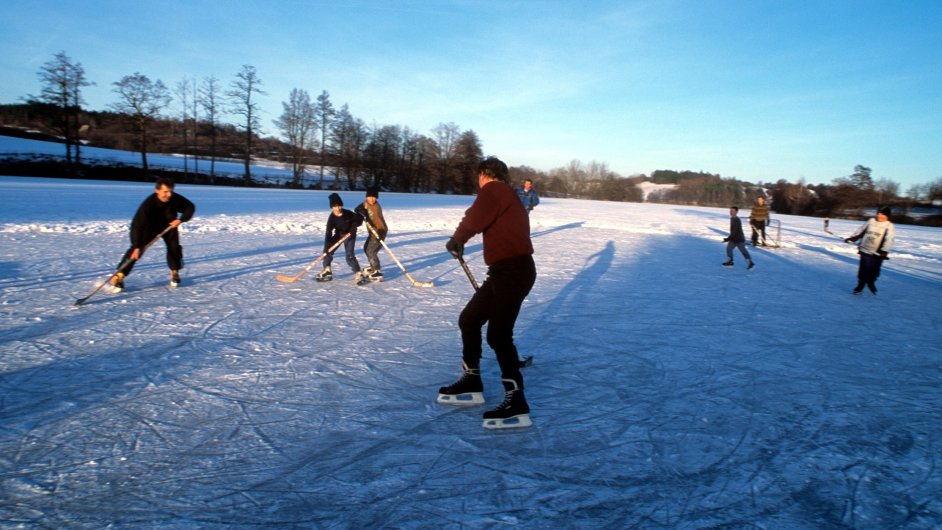 Vymetená hřiště, na kterých se dodnes střílí na branky ze dvou bot a platí pouze góly po ledě, stále generují velké hokejisty.