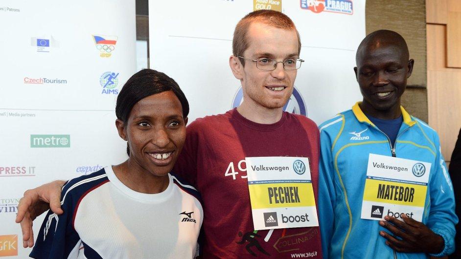 Zleva běžci Caroline Rotichová z Keni, Petr Pechek z České republiky a Albert Matebor z Keni