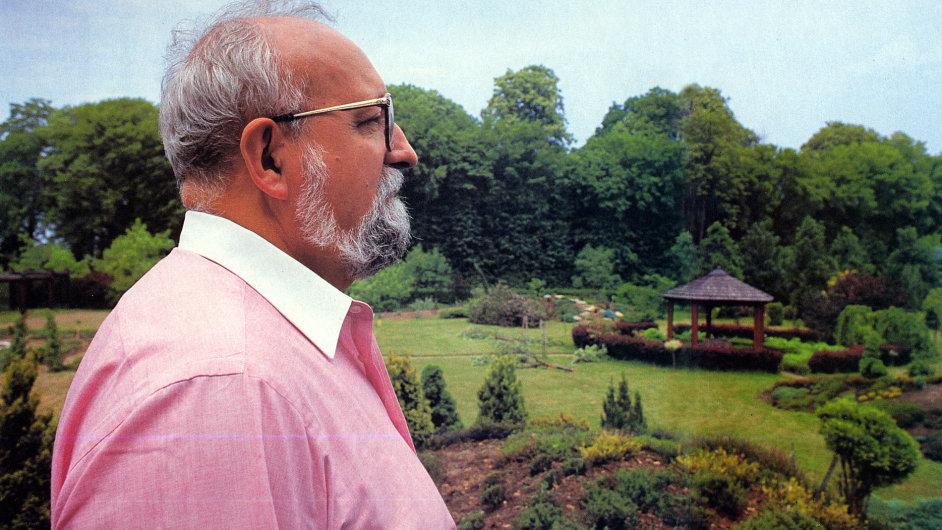 Penderecki na zahradě svého sídla v Luslavicích.