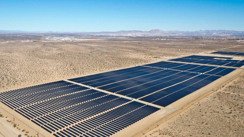 Obří solární elektrárny v kalifornské poušti.