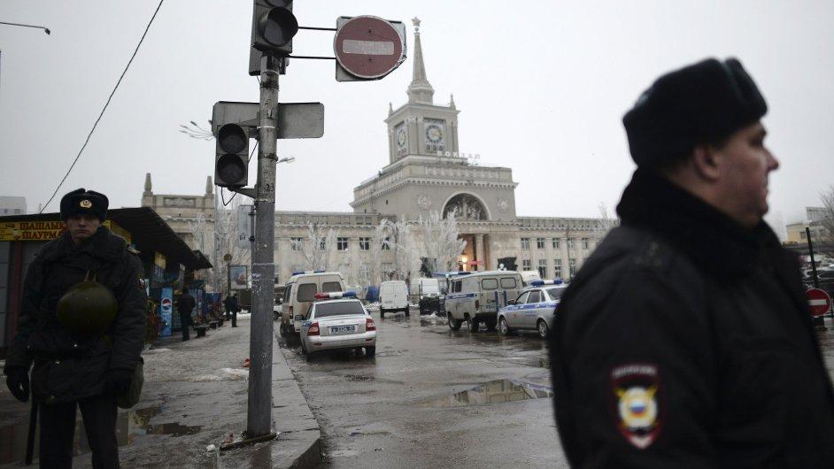 Policisté hlídkují po atentátu na nádraží ve Volgogradu.