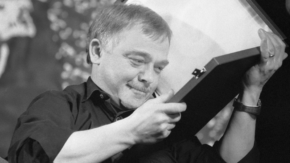 Zpěvák Karel Kryl dostal během dubnového koncertu na Žofíně  v roce 2001 svou první Zlatou desku za 250 tisíc exemplářů písničky