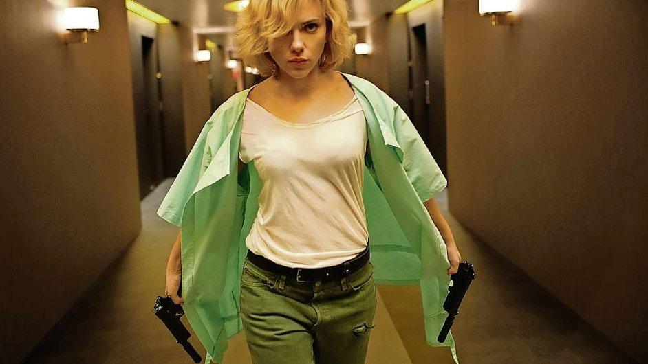 Superhrdinka v podání Scarlett Johanssonové se musí vypořádat s gangstery i moderní vědou.