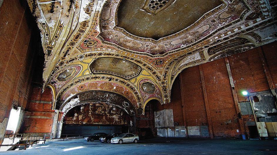 Sál Michiganského divadla v americkém Detroitu dnes slouží jako parkovací dům.