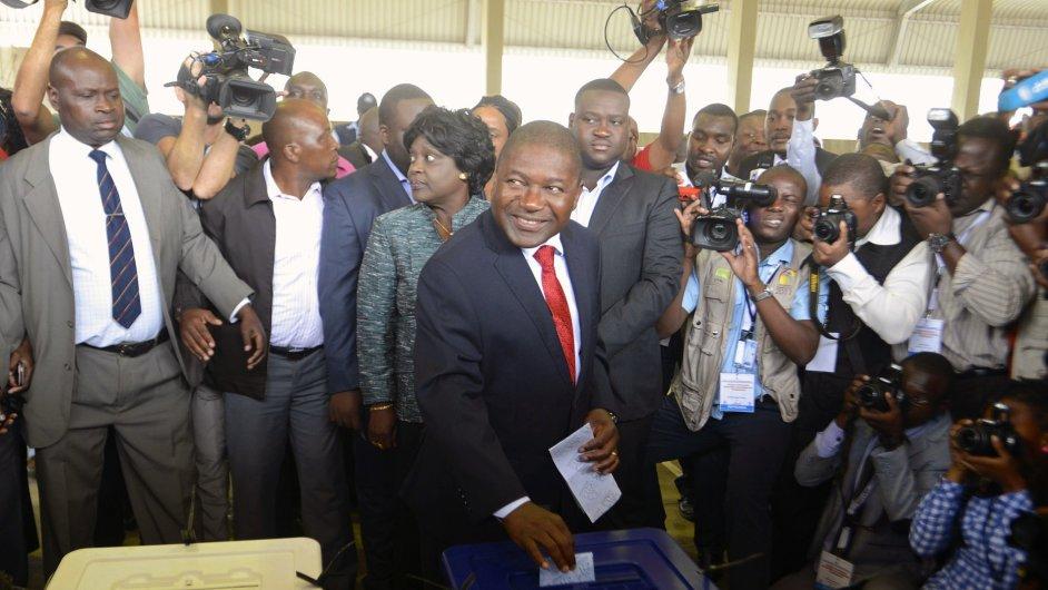 Filipe Nyusi (uprostřed), nový prezident Mosambiku.