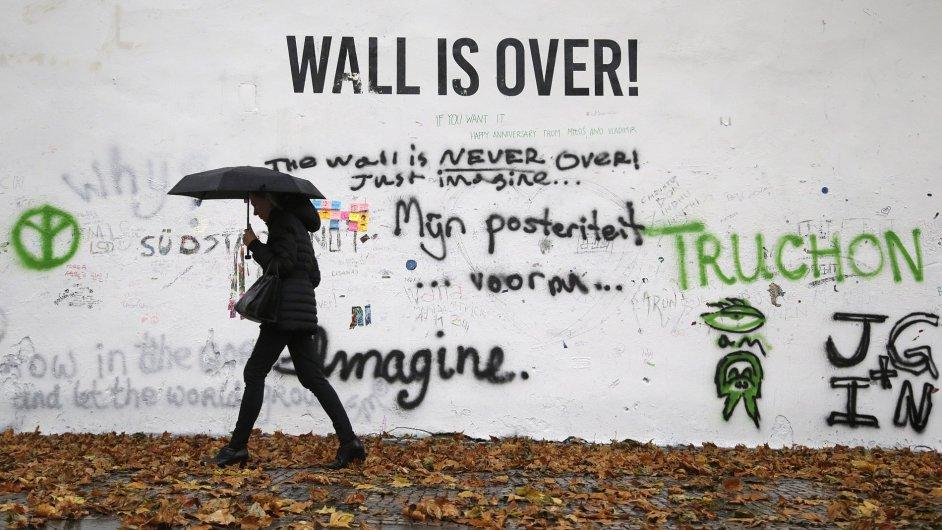 Lennonova zeď poté, co byla přemalovaná bílou barvou.