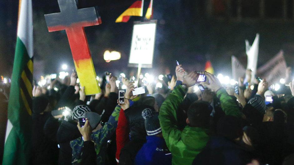"""Přistěhovalci ano, ale """"přizpůsobiví"""". Žádá to německá organizace Pegida, která chce demonstrovat každé pondělí, dokud ji vláda nevyslyší."""