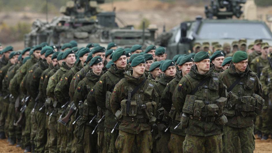 Litevští vojáci během cvičení jednotek Severoatlantické aliance poblíž Vilniusu. Teď Litevci i jejich sousedé zvou NATO na své území natrvalo.