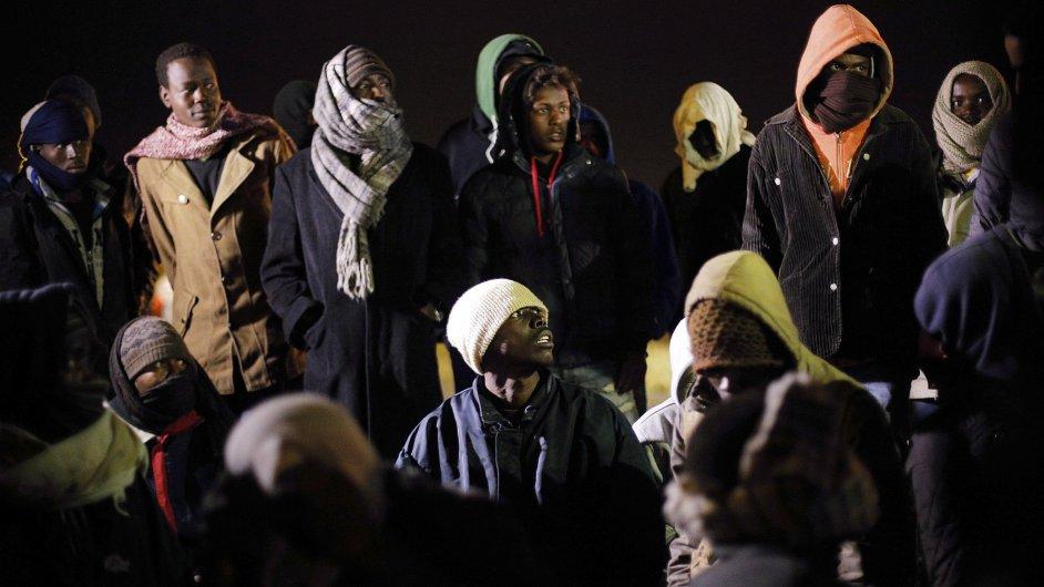 Zatčení uprchlíci, kteří se ve středu pokusili proniknout do tunelu v Calais.