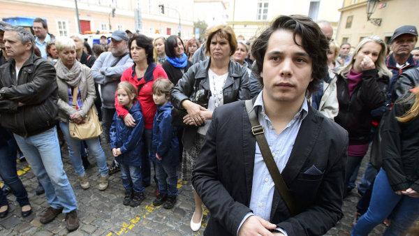 Chtějí studovat. Studenti UJAK při demonstraci před ministerstvem školství.