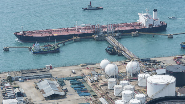 Tanker u ropn�ho termin�lu - Ilustra�n� foto.