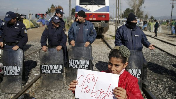Protestuj�c� uprchl�ci zablokovali koleje u �eck� vesnice Idomeni