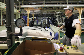 �esk� automobilky nav�ily za �tvrt roku v�robu o desetinu na 469 tis�c aut. Produkce nejv�ce rostla kol�nsk� TPCA