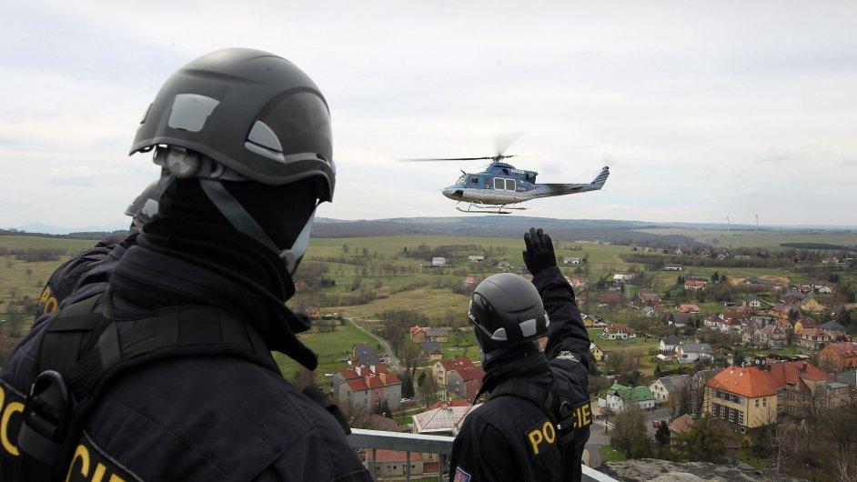 Cvičení - v Tisé nedaleko Děčína se učili spolupracovat záchranáři Letecké záchranné služby Ústí nad Labem Kryštof a příslušníci zásahové jednotky severočeské policie.
