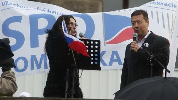 Tomio Okamura mluví k lidem shromážděným na demonstraci na Václavském náměstí.