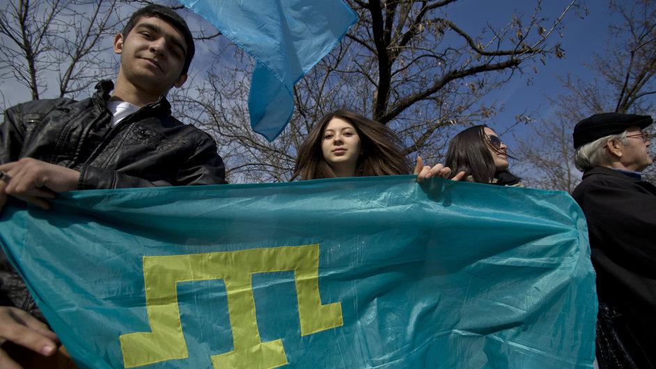 Mladí Tataři s jejich vlajkou