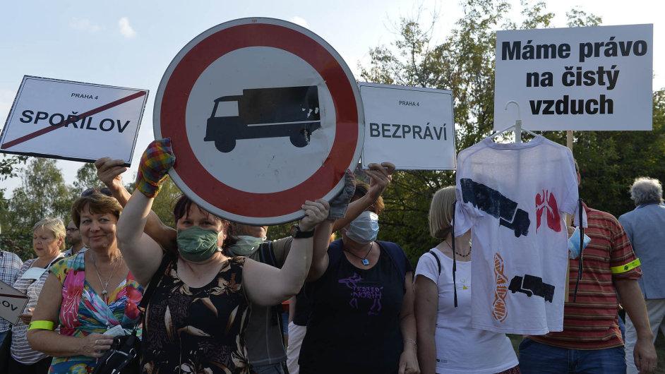 Situace, kdy kvůli chybějícímu obchvatu jezdí těžké kamiony obytnou čtvrtí, dohnala část Pražanů kblokádě.