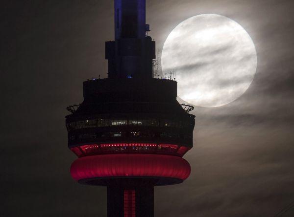 Superúplněk nad CN Tower v Torontu.