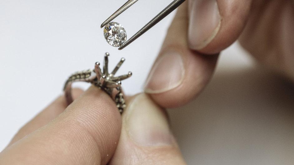 O ceně diamantů a dalších drahých kamenů nerozhoduje jen velikost. Roli hraje i barva a hlavně kvalita. Jediný šperk mohou zdobit stovky malých diamantů.