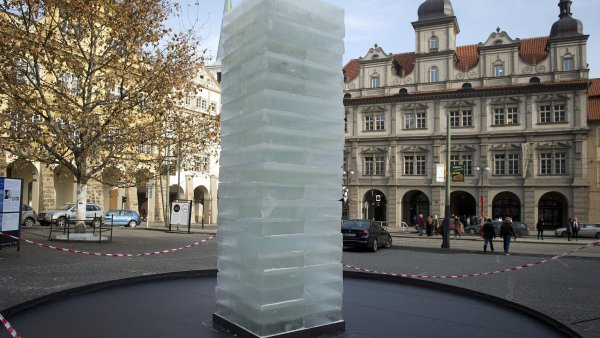 Experimentální ledové dílo nazvané Procesuální instalace stojí na Malostranském náměstí v Praze.