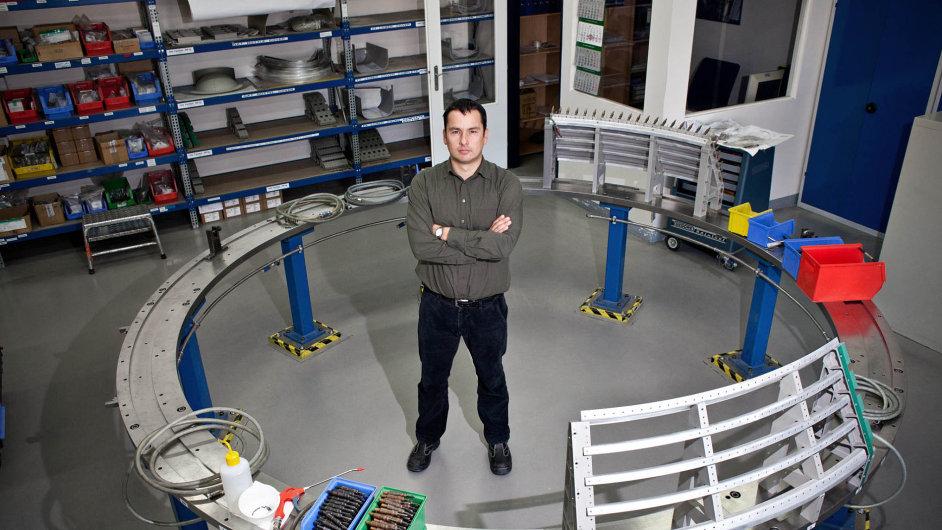 Jan Bureš stojí namístě pro montáž fixačního kruhu na raketě Ariane 5. Ten slouží kupevnění pomocného motoru k trupu rakety. Na druhém snímku je kryt průchodky kabeláže, na třetím obráběcí centrum.