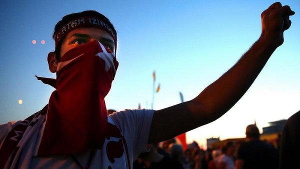 Z pokojného protestu proti kácení stromů se stala masová demonstrace namířená proti autoritativní vládě Recepa Tayyipa Erdogana.