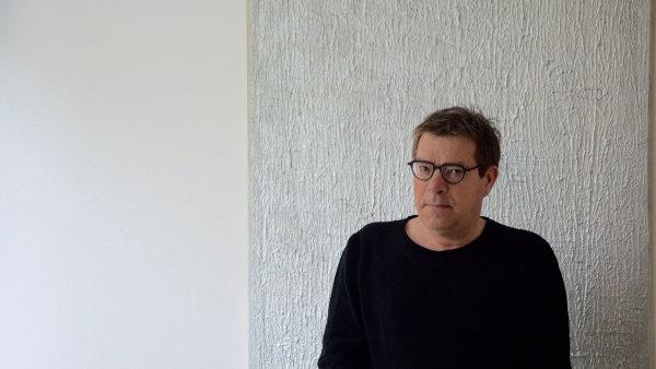 Hudební experimentátor Roland Kuit před obrazem Tomase Rajlicha.